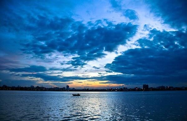 Crépuscule au lac de l'Ouest à Hanoi