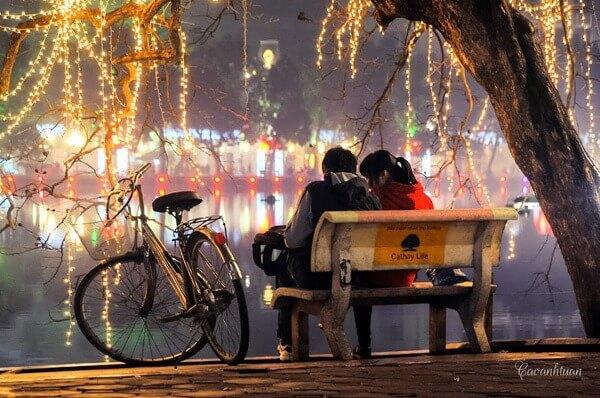 Quand la nuit tombe, il parait que Hanoi devienne petit et calme