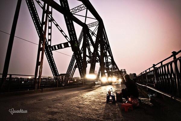 En hiver , les Hanoiens vont souvent à pied sur le pont Long Bien et goûtent les maïs grillés