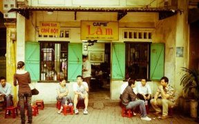 deguster une tasse de cafe dans les rues d'hanoi