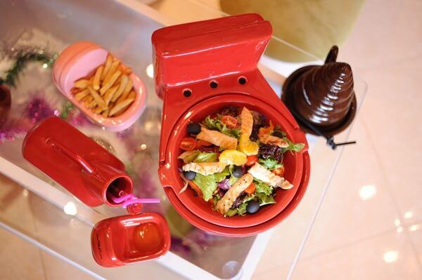 assiettes-tasses-en-forme-des-toilettes-restaurant-hanoi