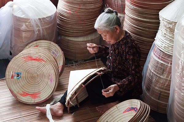 fabrication-de-chapeau-conique-village-chuong-hanoi