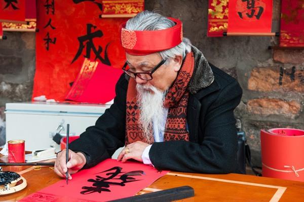 vieux-maitre-ecrit-anciennes-lettes-traditionnelles-hanoi