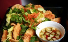 banh tom avec les feuilles de salade