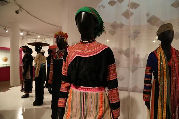 costume des tribus montagnardes au musee femme a hanoi