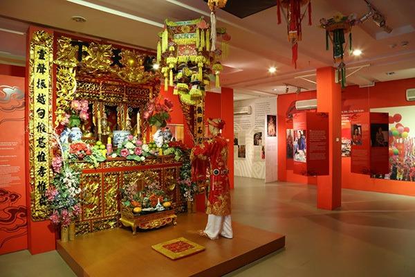 habit pour ceremonie religieuse au musee femme a hanoi