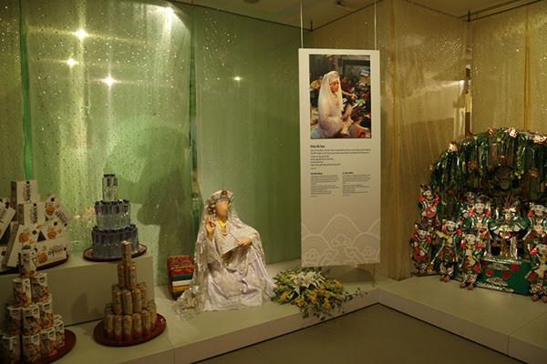 habits pour ceremonie religieuse au musee femme a hanoi