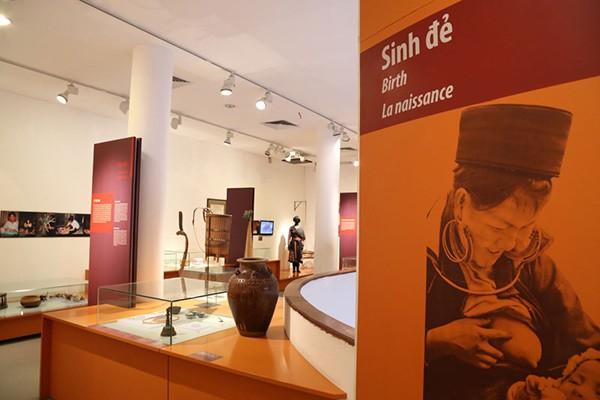 femme dans rite de naissance au musee femme hanoi