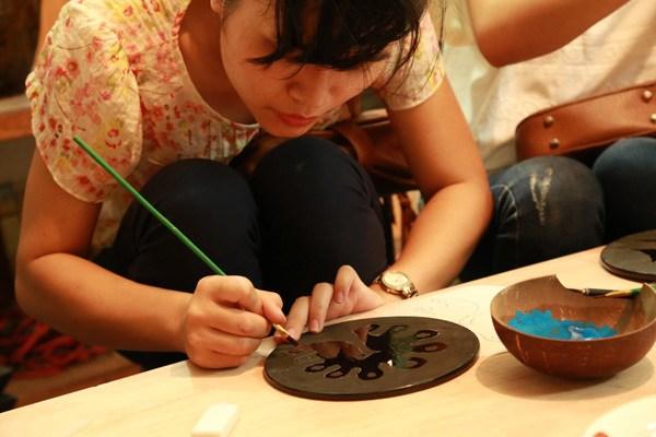 artisanne peint l'assiette au village metier a hanoi