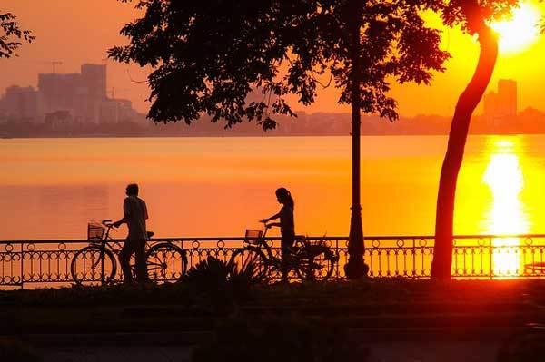 Balade à vélo au coucher du soleil