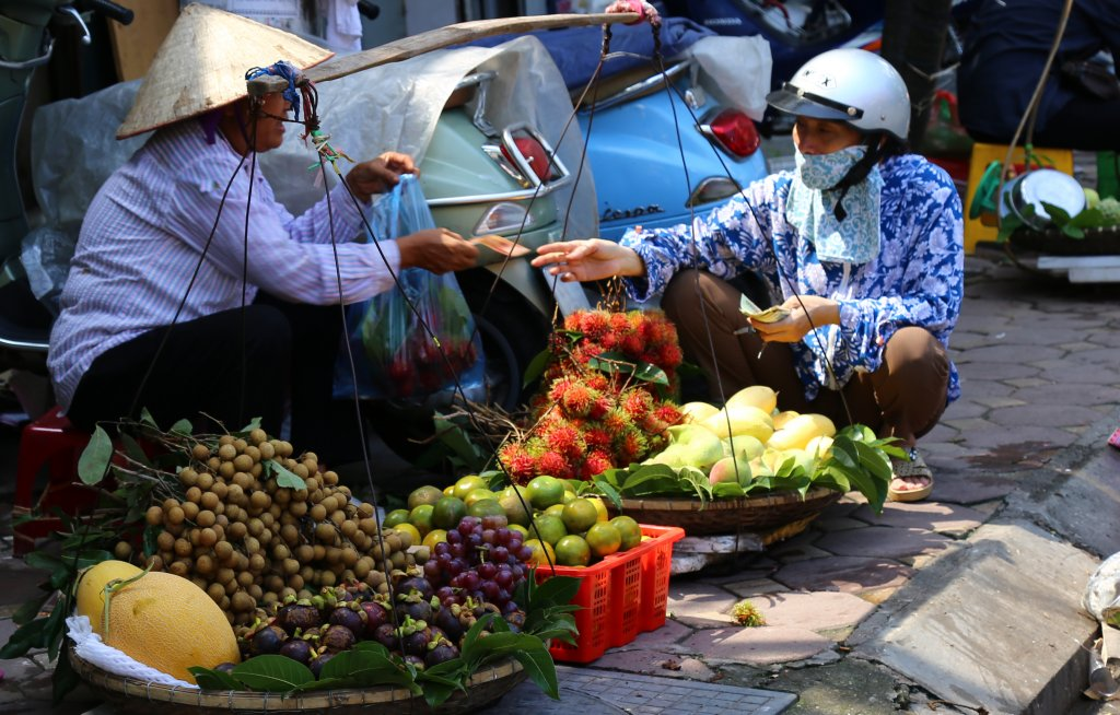 vendeuse rue fruits palanche hanoi